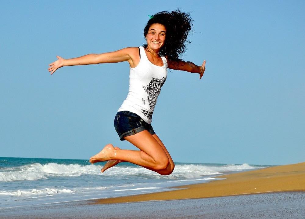 Femme qui saute à l'aise avec sa culotte menstruelle