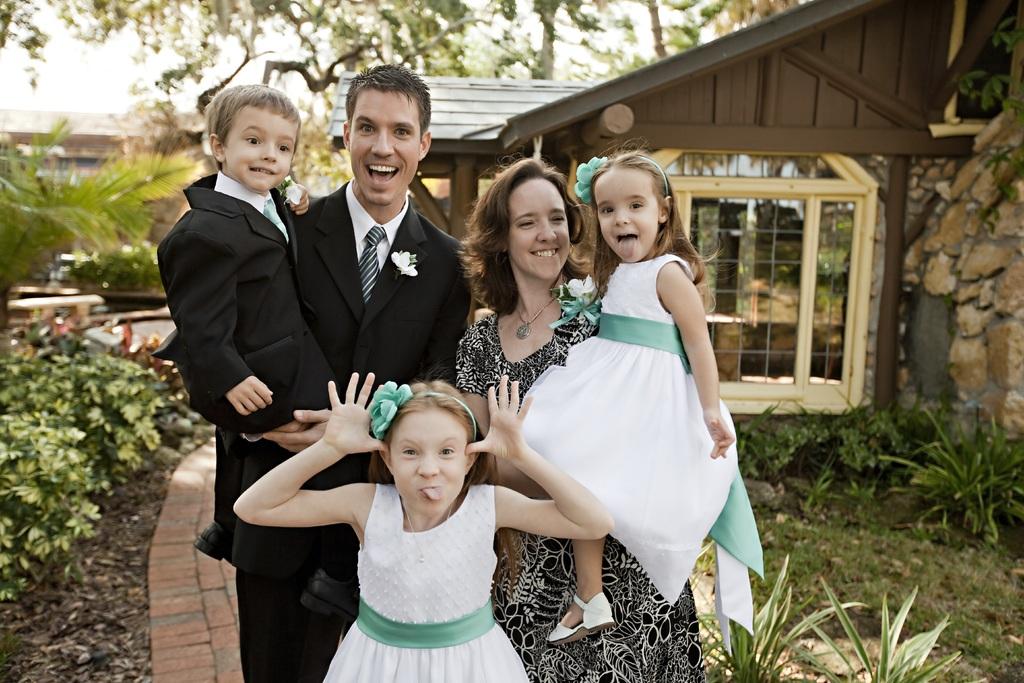 Couple et enfants lors d'un mariage